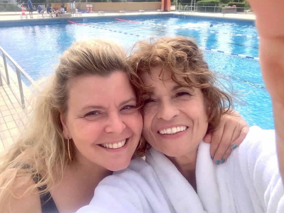 FREIBADSINFONIE - BLUE SUMMER SYMPHONY - On the Set - Barbara und Irene im Sonnenschein